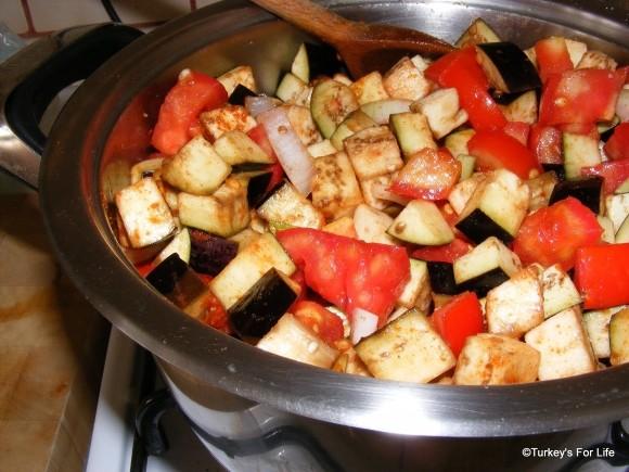 A Turkish recipe for ekşili patlıcan (sour aubergines)