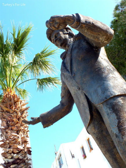 Zeki Müren Statue