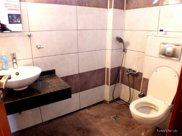Dantel Pension Bathroom