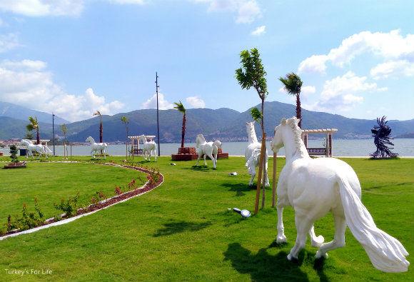 Şehit Fethi Bey Parkı Horses