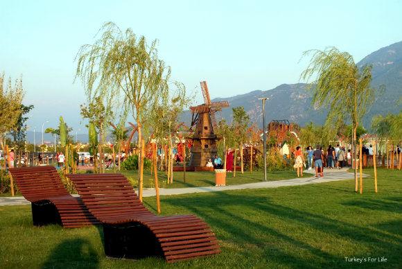 Şehit Fethi Bey Park Seating