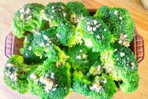 Turkish Broccoli Salad Recipe